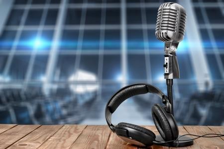 Retro microphone and headphones on table Stok Fotoğraf - 91940172