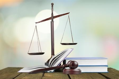 Gouden schalen van rechtvaardigheid, hamer en boeken die op wit worden geïsoleerd