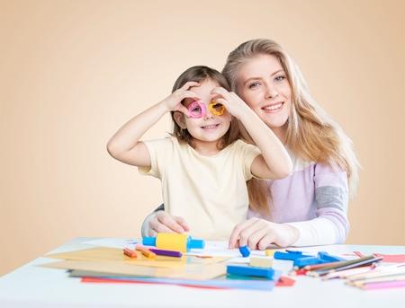 kind en moeder spelen kleurrijke klei speelgoed