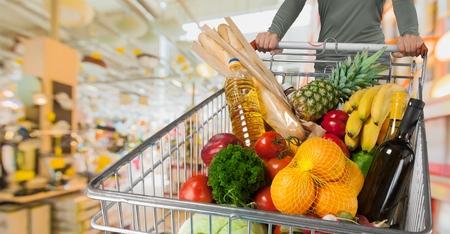 카트가 지나갈 때 슈퍼마켓 선반 위에 여러 가지 빛깔의 모션 블러 스톡 콘텐츠