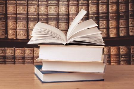 Livros antigos em uma antiga biblioteca Foto de archivo - 91982304