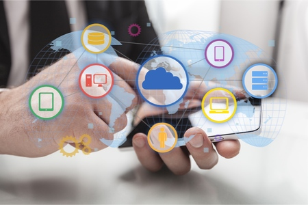 Geschäftsmannhand, die an digitalem Tablet-Computer und an intelligentem Telefon mit Geschäftsstrategie der digitalen Schicht und Social Media-Diagramm auf hölzernem Schreibtisch arbeitet Standard-Bild