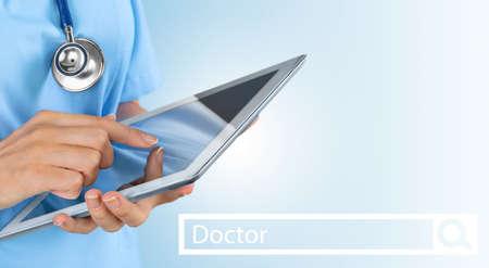 Doctora con tableta en el hospital Foto de archivo