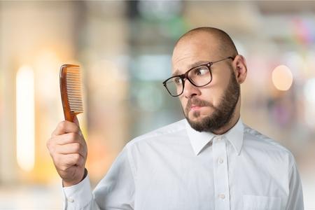 Wanhopige man vanwege zijn kaalheid