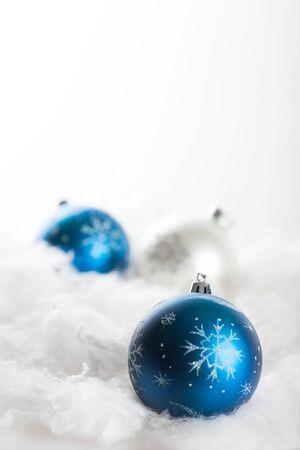 Boules de Noël bleu et blanc sur l'ouate sur le fond gris Banque d'images - 92251963
