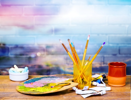 Matériel artistique: peinture, pinceaux et palette Banque d'images - 92354735