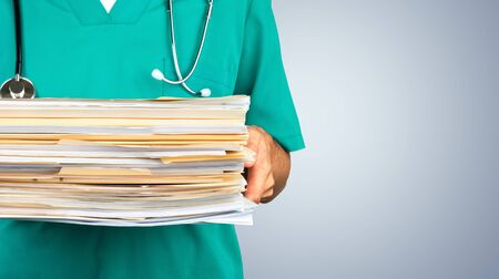Doctor holding Medical Files Banque d'images