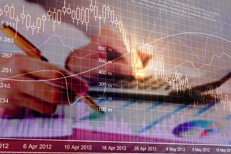 Vários tipos de produtos financeiros e de investimento no mercado de títulos. ou seja, REITs, ETFs, títulos, ações. Gestão sustentável de carteiras, gestão de patrimônio a longo prazo com conceito de diversificação de riscos. Foto de archivo