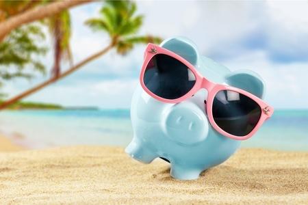 ビーチでサングラスをかけた夏の貯金箱