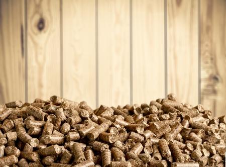 Biomassa delle palline su fondo di legno Archivio Fotografico - 94310539
