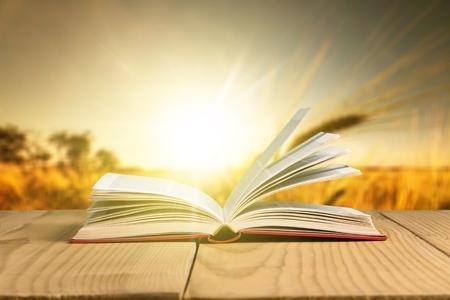 Open boek op hemelachtergrond