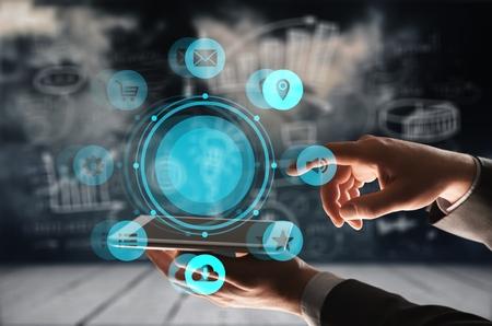 保険技術(インシュルテック)のコンセプト、スマートフォンでデータ情報を探す女性。
