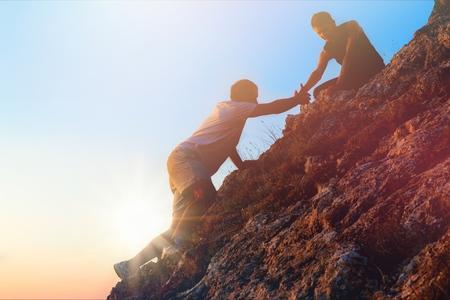 People helping each other hike up 版權商用圖片 - 94692823