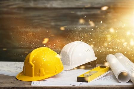 Empreiteiro de engenheiro de negócios que se contrata para fornecer consultoria sobre como trabalhar em um escritório de construção. Foto de archivo