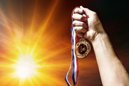 Medaille des ersten Platzes in der Hand Standard-Bild - 94696971