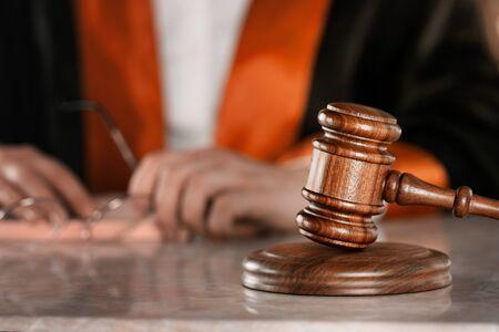 Knappe rechter met hamerzitting in rechtszaal