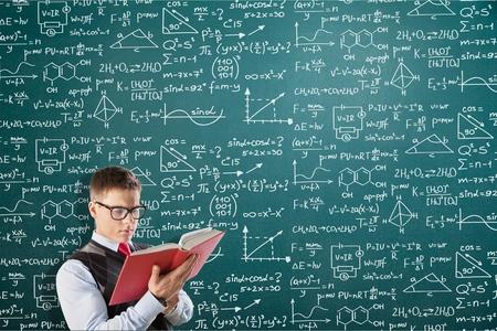 Man on background mathematical solution Foto de archivo - 95311976