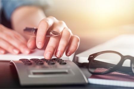Kobieta za pomocą kalkulatora Zdjęcie Seryjne