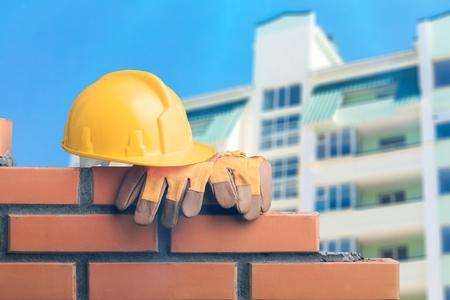 Nahaufnahme von industriellen Maurer Ziegel auf Baustelle zu installieren