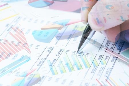 Verschillende soorten financiële en beleggingsproducten op de obligatiemarkt. dat wil zeggen REIT's, ETF's, obligaties, aandelen. Duurzaam portefeuillebeheer, vermogensbeheer op lange termijn met concept van risicospreiding.