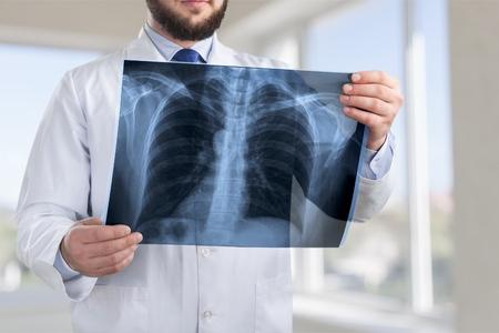 Angenehmer netter Doktor , der in eine gute Laune ist