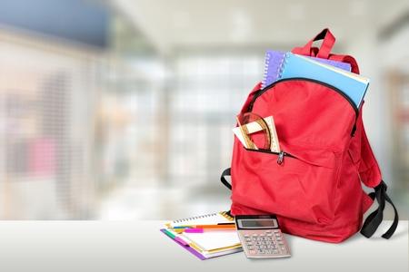 Red School Rucksack auf Hintergrund Standard-Bild