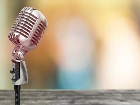 Mikrofon auf der Zusammenfassung verwischt von der Rede im Seminarraum oder im sprechenden Konferenzsaallicht, Ereignis-Hintergrund