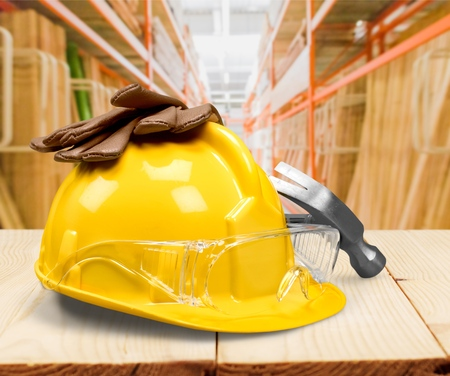 Working yellow hard hat, work gloves, safety glasses, ear plugs, hammer builder on a white background Banque d'images