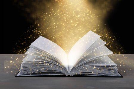Open book on wooden table Standard-Bild