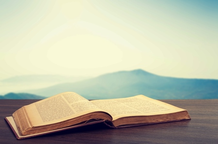 Open book on wooden table 版權商用圖片