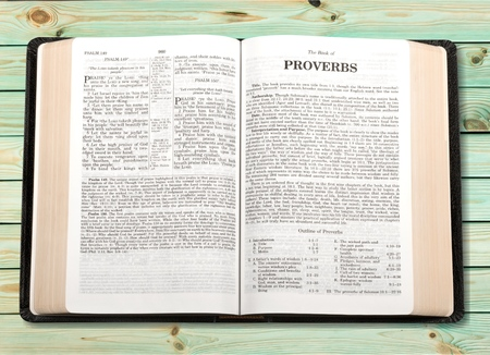 Church bible open at the book of proverbs 版權商用圖片 - 99059439
