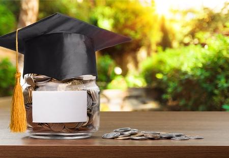 Monedas dinero en botella y gorro de graduación.