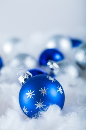 Blue and White Christmas Baubles on the Wadding on the Grey Background Banque d'images - 100192789