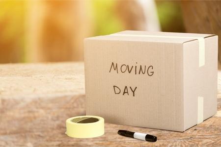 Caja de cartón etiquetada como día de la mudanza