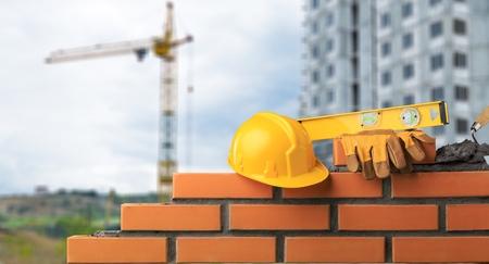 Albañil instalando ladrillos