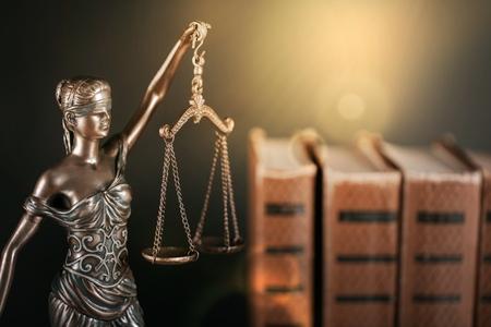 Kancelaria prawników i adwokatów prawna rzeźba z brązu bogini sprawiedliwości Temidy.