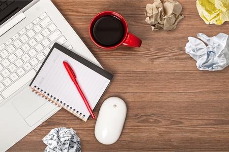 Laptop,coffee,pen and crumpled paper 版權商用圖片