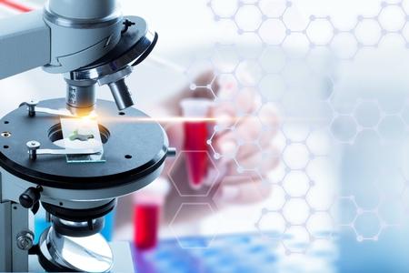 Microscoop met laboratoriumglaswerk wetenschappelijk laboratoriumonderzoek Stockfoto