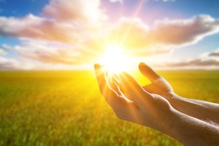Manos humanas abren la palma hacia arriba la adoración