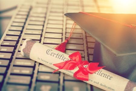 Apprentissage en ligne ou concept de diplômé Banque d'images
