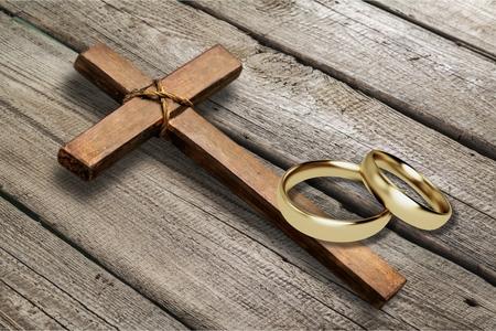 Trouwringen en kruis op bureau