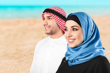Saudi arab couple marriage looking with love isolate don a white background Imagens