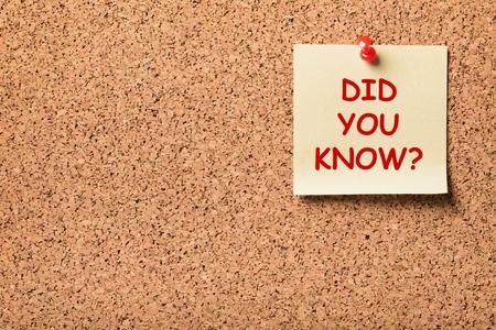 nota adhesiva clavada en un tablero de corcho con la frase ¿sabías? Foto de archivo