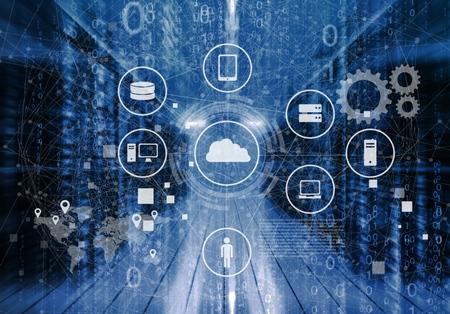 Curios Ingegnere IT in piedi nel mezzo di una sala server di un data center funzionante. Visualizzazione icone cloud e Internet in primo piano.