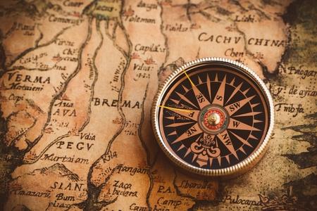 Gros plan d'une vieille boussole sur une ancienne carte