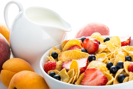 Bowl of Cornflakes, Blueberries, Strawberries and Milk Foto de archivo