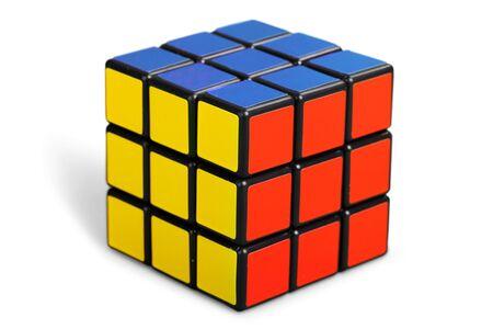 KHERSON, UCRAINA - 17 luglio 2014: Cubo di Rubik su fondo bianco.