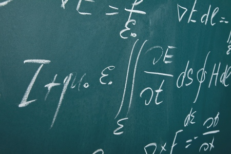 Integrals, differential equations and other calcululsmath problems on a blackboard Imagens