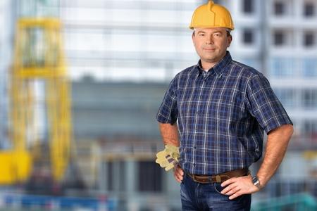 Lächelnder Handwerker auf Gebäudehintergrund Standard-Bild