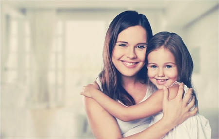 happy family. Mother and baby daughter plays at home on the sofa Banque d'images